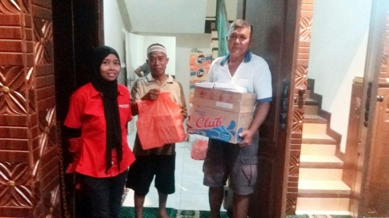 Indotrading surabaya bagikan takjil. Foto: Indotrading Surabaya