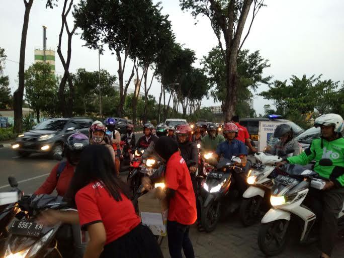 Indotrading Surabaya bagikan takjil di jalan. Foto: Indotrading Surabaya