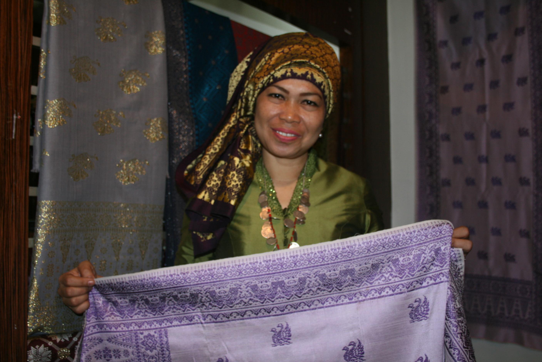 Foto: Cik Mia, pemilik usaha kain songket Jambi/Dok: indotrading.com