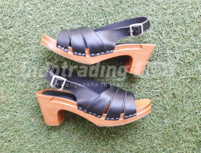 Foto: Salah satu model sepatu sandal Kloom Clogs karya Nadya Mutia Rahma/Dok: indotrading.com