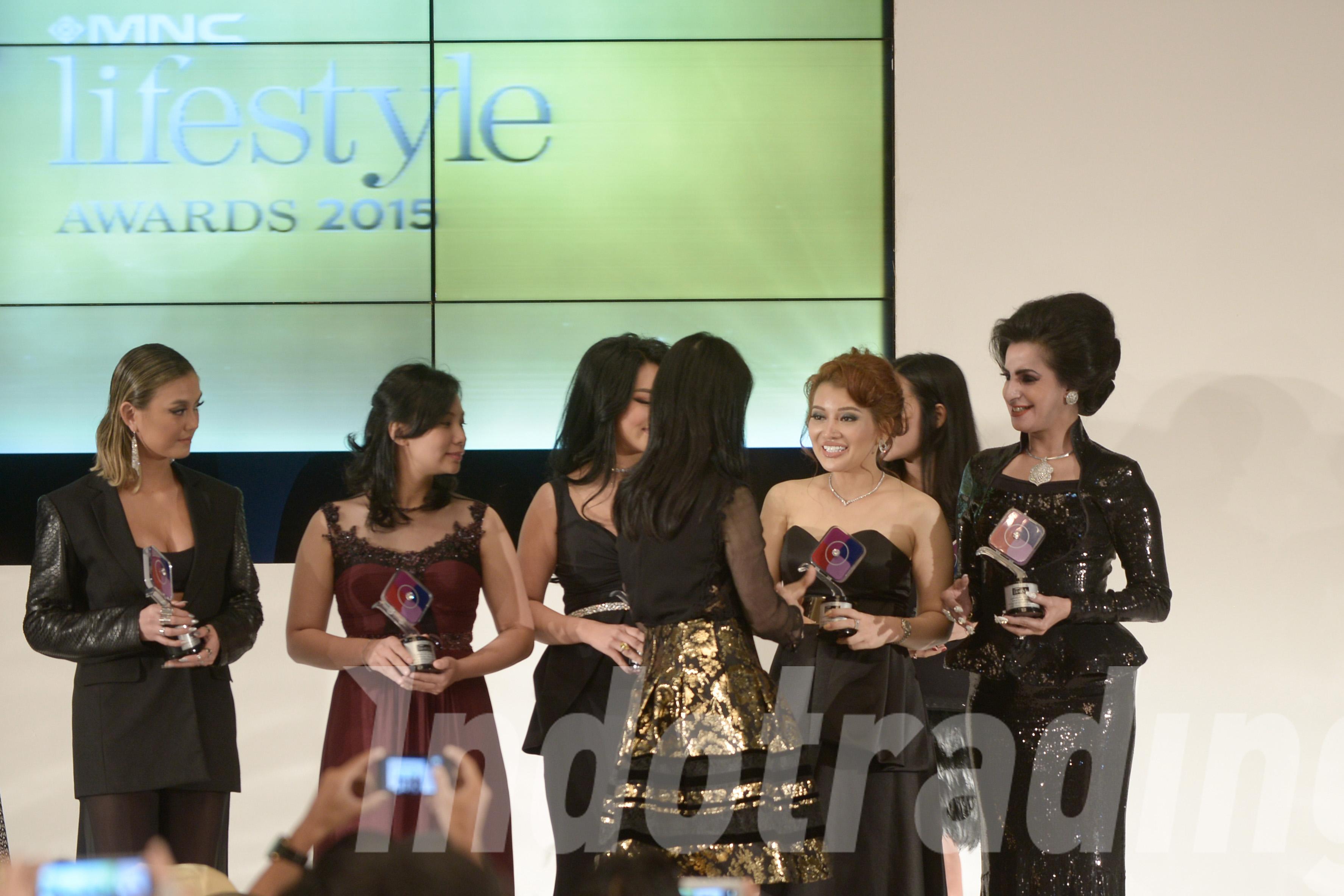 Foto: Direktur PT Cakra Daya Makmur, Livienne Russellia saat mendapatkan penghargaan/Dok: indotrading.com