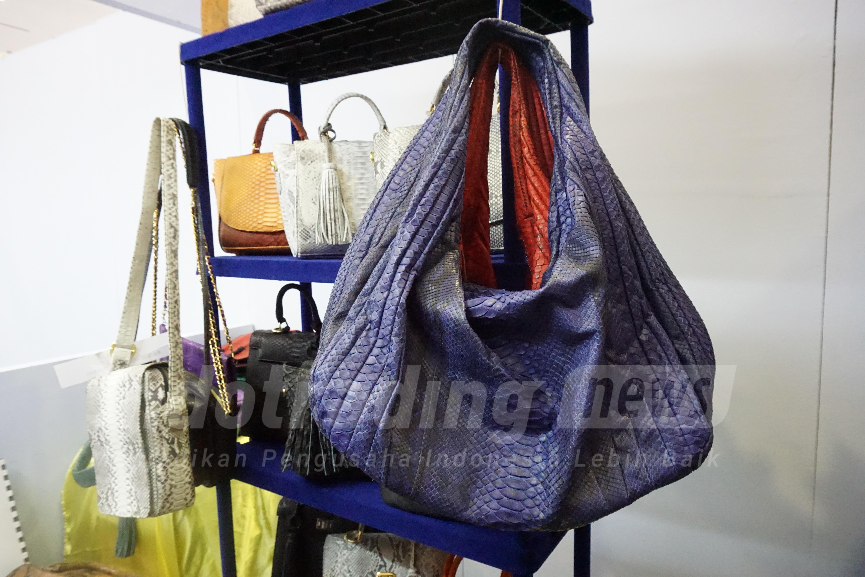 Foto: Tas kulit ular Dania Handycraft karya Yeni Setiowati/Dok: indotrading.com