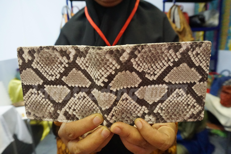 Foto: Dompet kulit ular Dania Handycraft karya Yeni Setiowati/Dok: indotrading.com