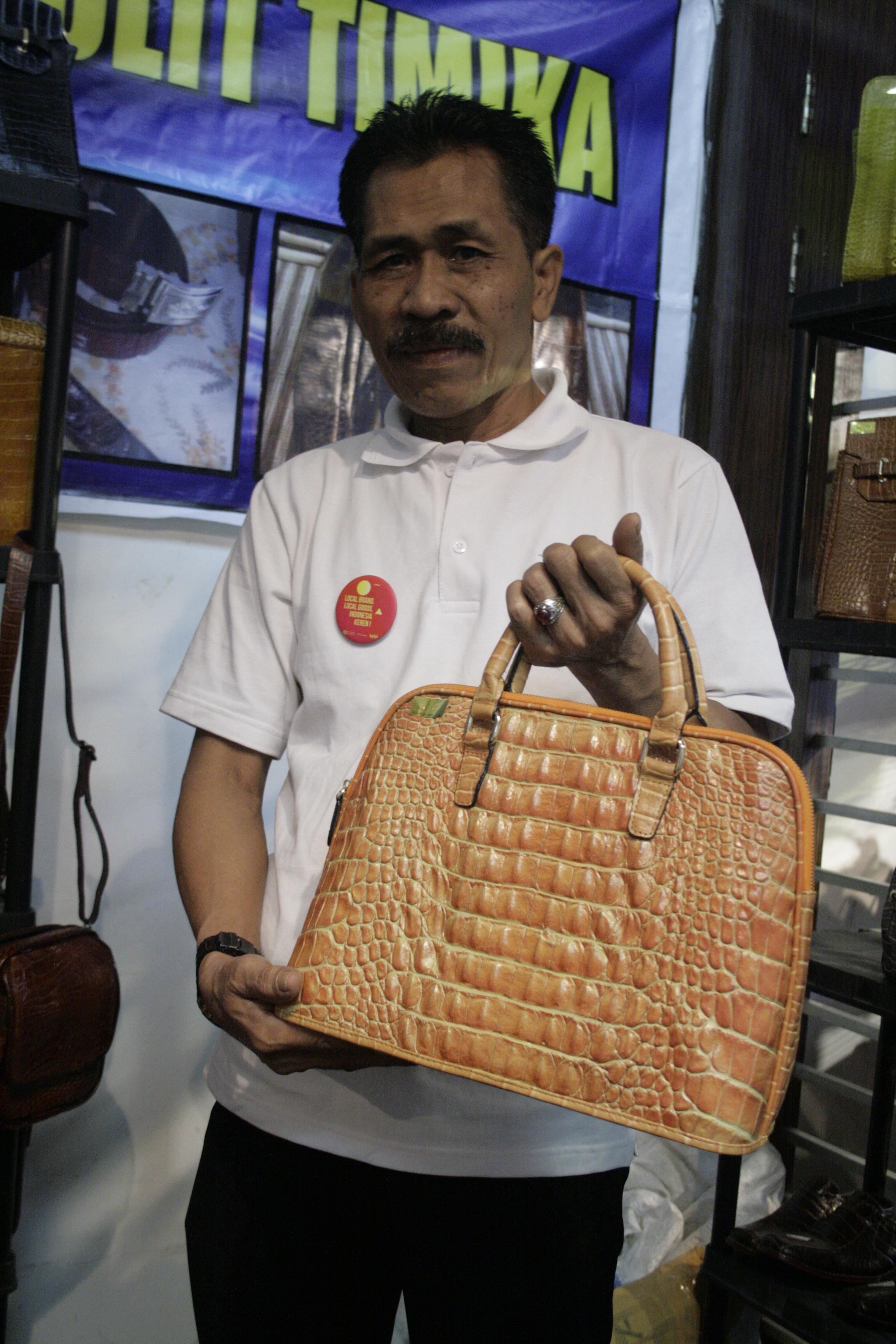 Foto: Pardianto, pengrajin kulit buaya/Dok: indotrading.com