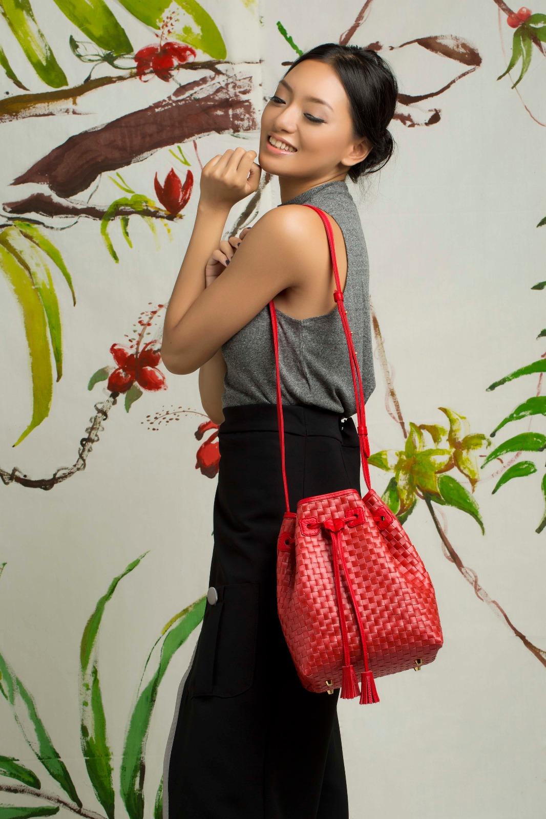 Foto: Model sedang mempragakan tas Chameo Couture/Dok: indotrading.com