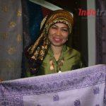 Jatuh Bangun Cik Mia Bangun Bisnis Penjualan Songket Terkenal di Jambi