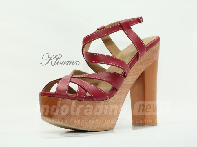 Foto:Salah satu model sepatu sandal Kloom Clogs karya Nadya Mutia Rahma/Dok: indotrading.com