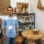 Foto: pemilik Pangjati Rustic Furniture & Crafts, Andra Prasetyo/Dok: indotrading.com