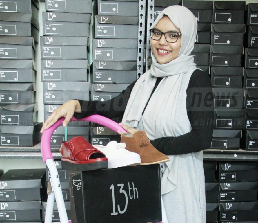 Foto: Pemilik 13th Shoes Anggun Citra Wulandari dan contoh produknya/Dok: indotrading.com