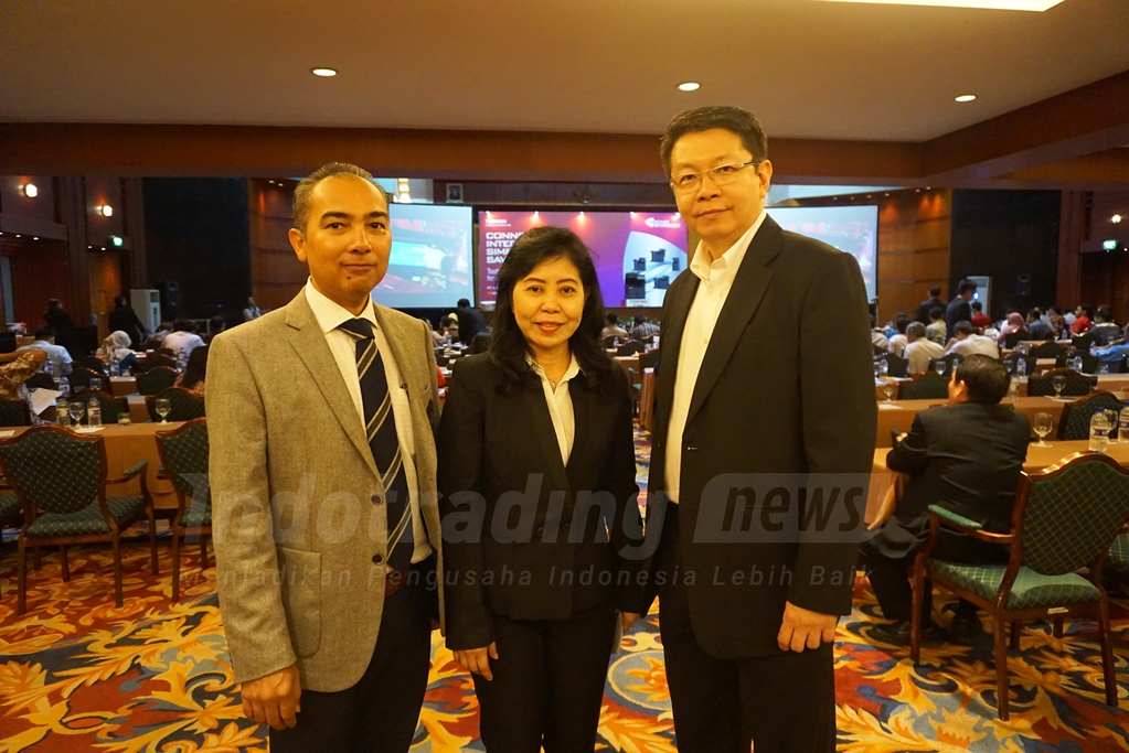 Foto: Seniwati, Business Solution Division PT Aneka Infokom Tekindo bersama Pihak dari Toshiba/ Dok: indotrading.com